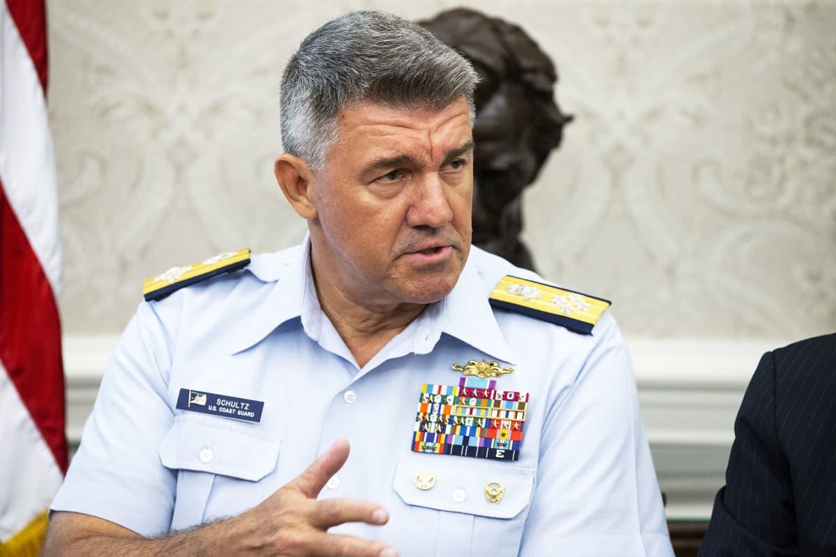 Yhdysvaltain rannikkovartioston komentaja, amiraali Karl Schultz