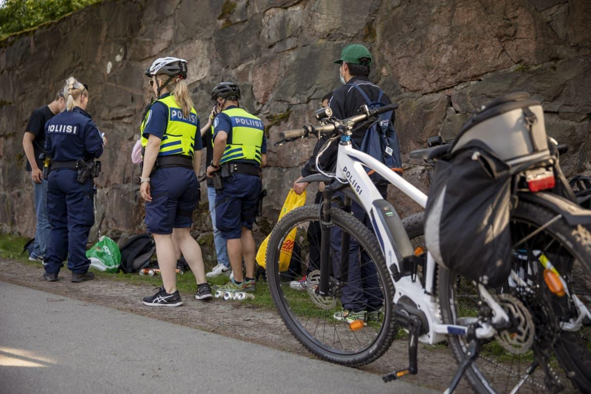 Poliisi sakotti nuoria ja käski kaataa alkoholijuomat maahan koulujen päättäjäisviikonloppuna Hietaniemessä Helsingissä 5. kesäkuuta 2021.