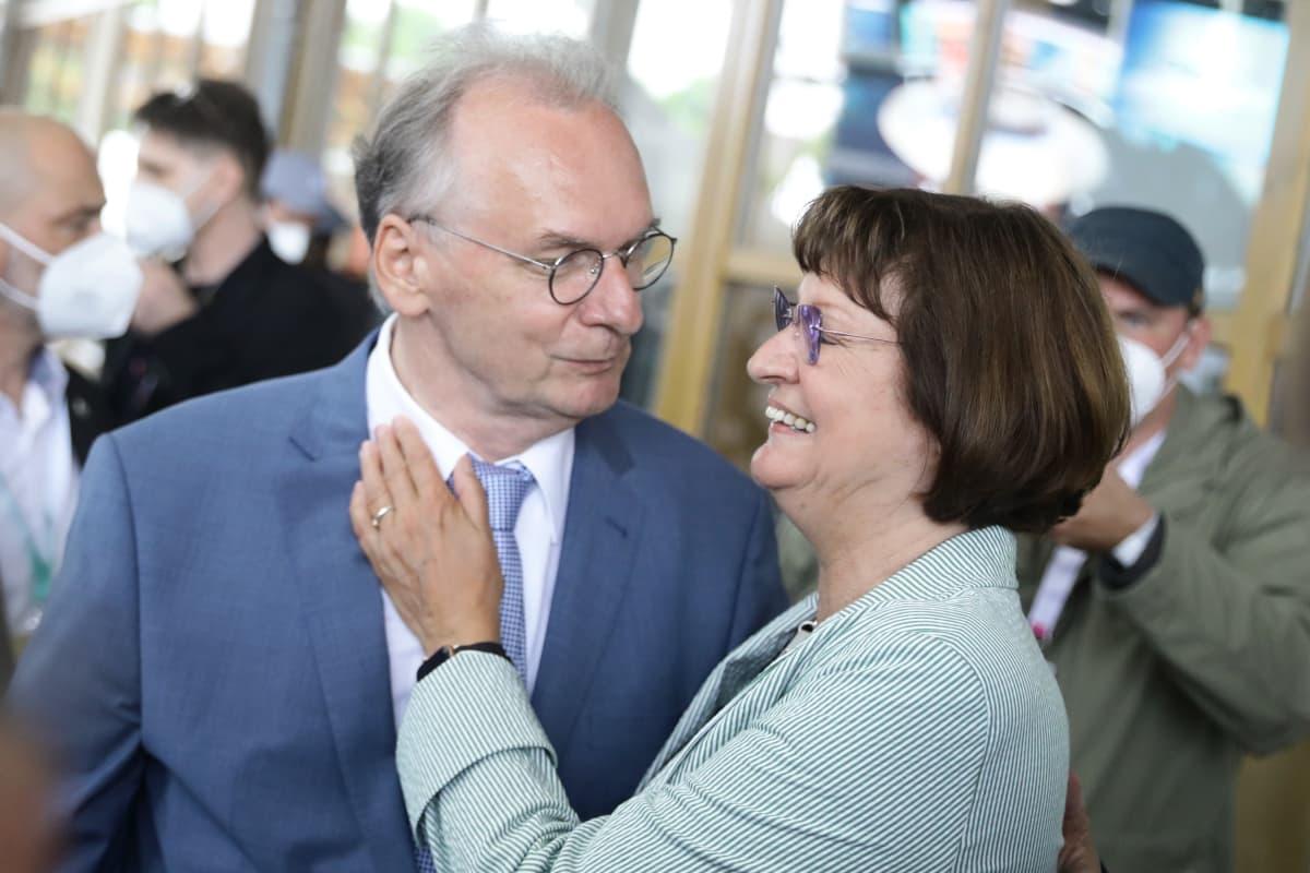 Reiner ja Gabriele Haseloff katsovat toisiaan, Gabriele hymyilee leveästi.