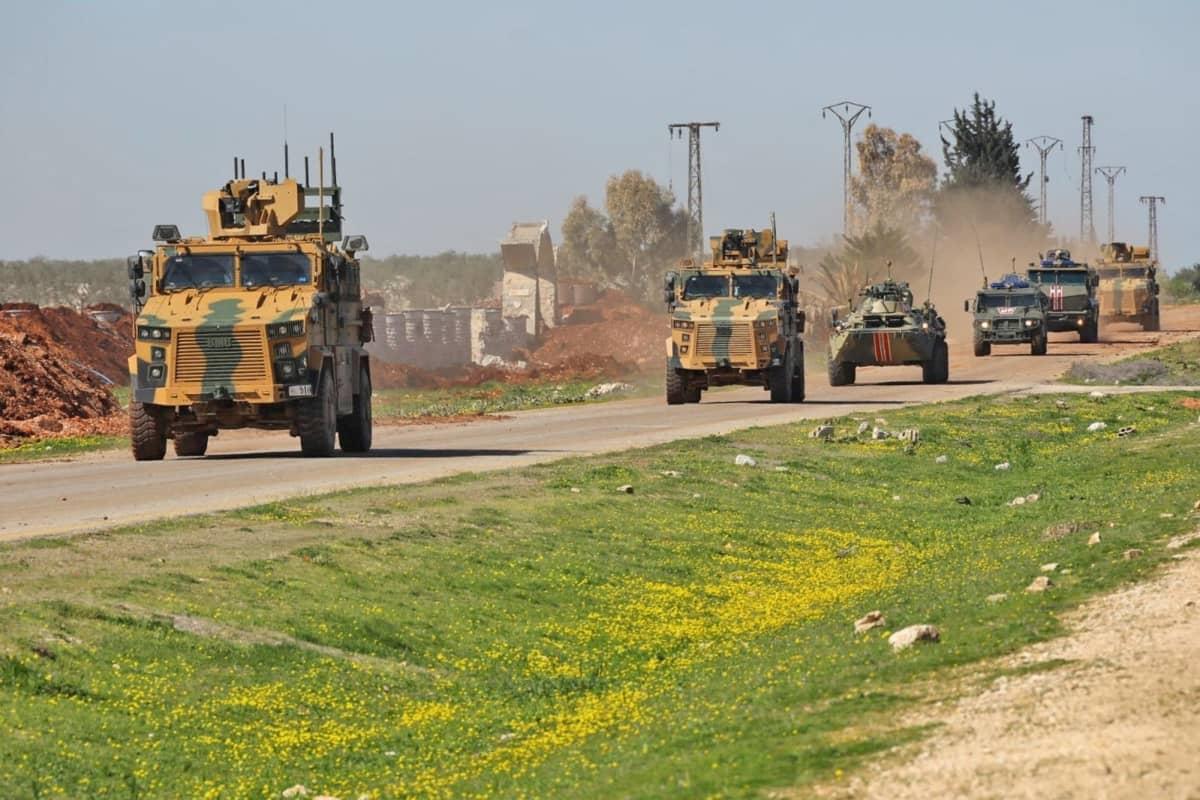 Tuiman näköisiä panssariajoneuvoja (Mm Mrappeja) syyrialaisille maantiellä.