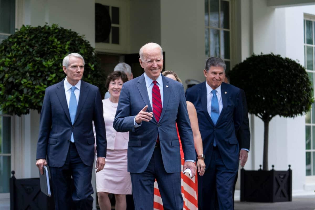 Joe Biden ja joukko senaattoreja.