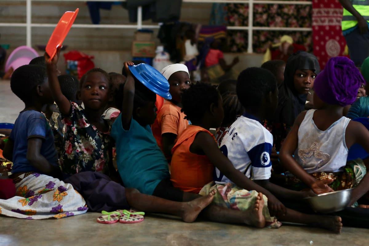 Lapset jonottavat ruokaa Pemban kaupungin stadionilla. Useat lapset ovat Cabo Delgadossa aliravittuja.