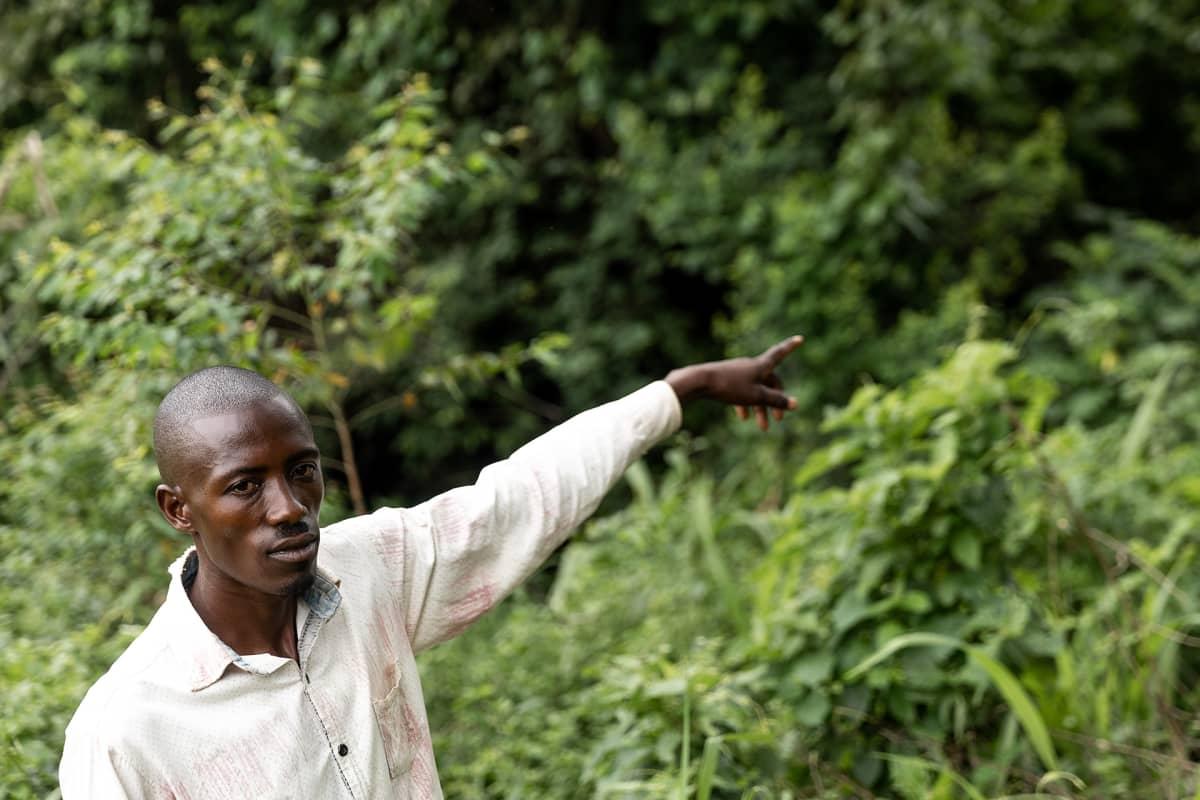 Kyläpäällikkö Gerald Agaba pelkää, ettei hänen lapsensa tule koskaan näkemään simpansseja.