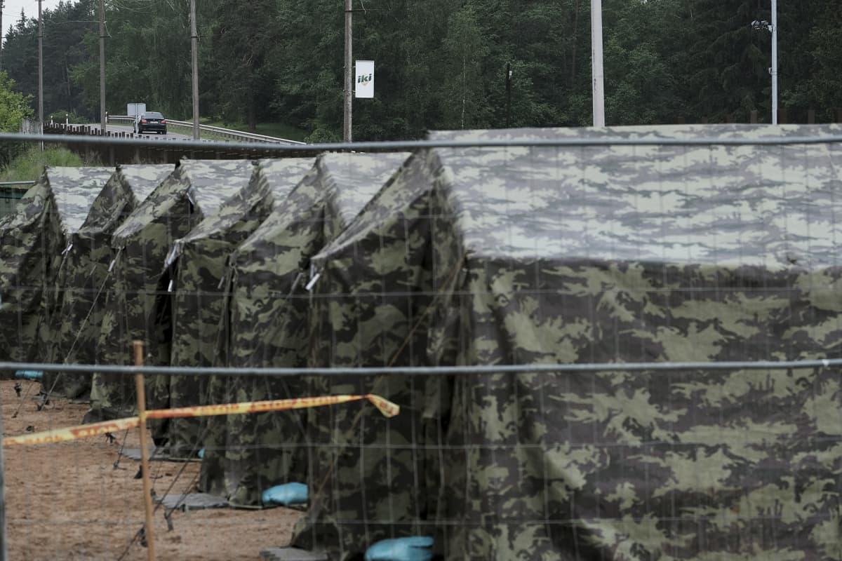 Pakolaisten tilapäismajoitus Valko-Venäjän ja Liettuan välisellä rajalla.