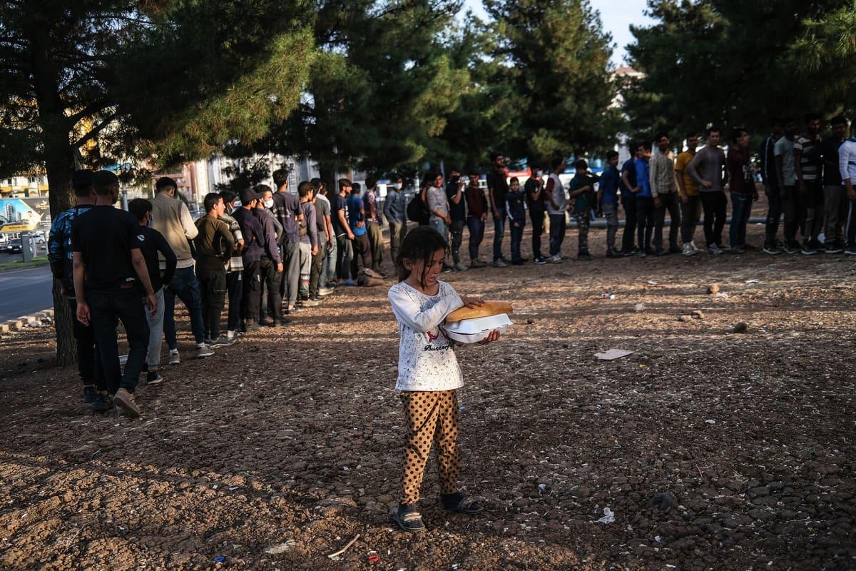 Afgaanipakolaisi jonottamassa ruokaa Turkin Diyarbakirissa.