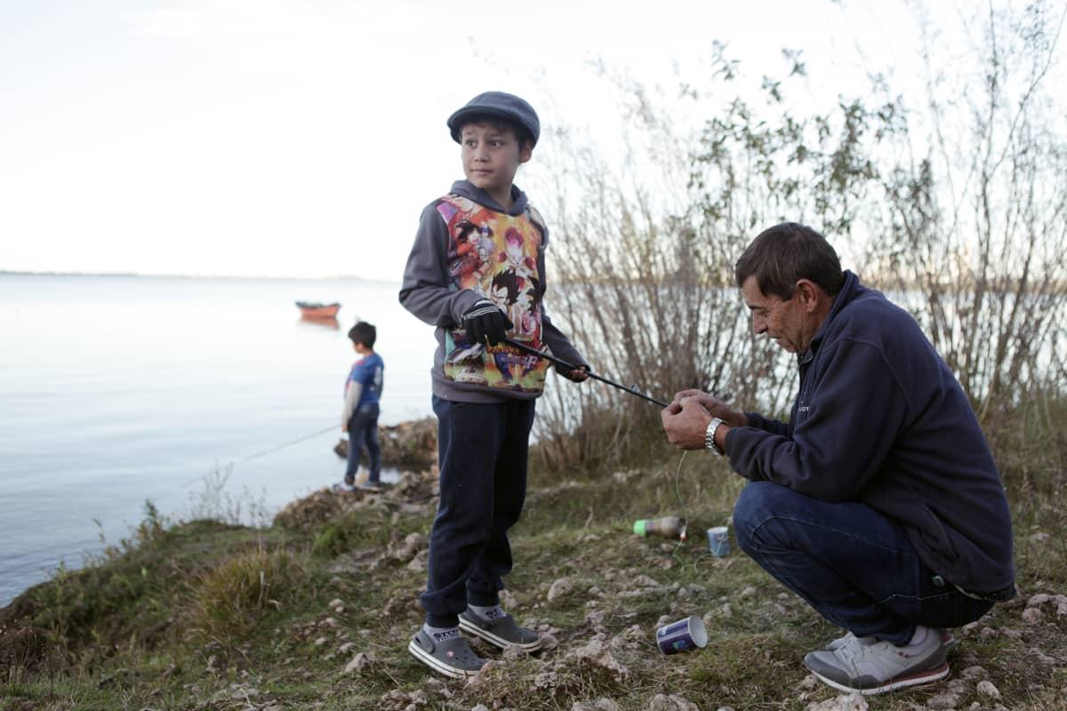 Raúl Ramírez kävi kalassa lastenlastensa Valentinon, 8, (kesk.) ja Santinon, 6, kanssa.