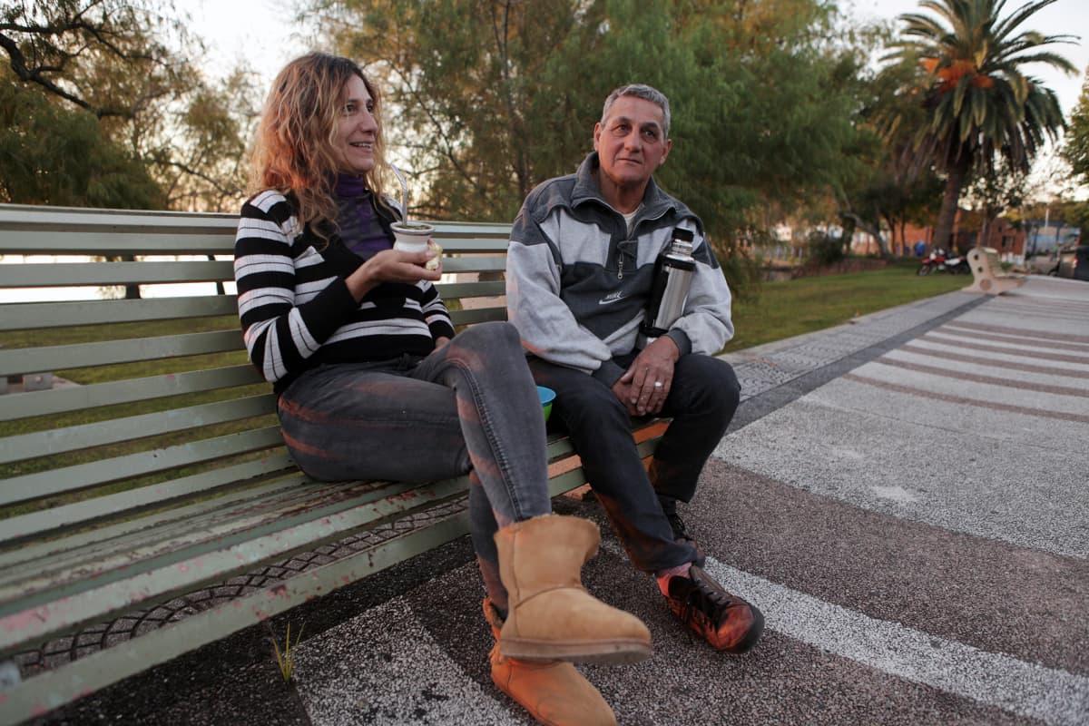 Marcela Piriz ja Juan Galiaz istuvat puiston penkillä.