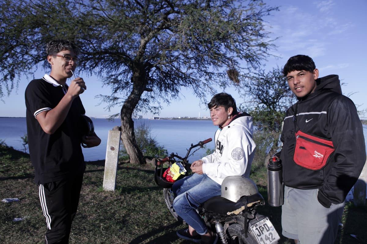 Geanluca Peletti (vas.), Facundo Segovia ja Patricio Benitez haaveilevat työstä UPM:n sellutehtaalla.