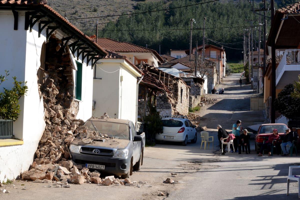 Sortuneita taloja kadulla kreikkalaisessa pikkukylässä.