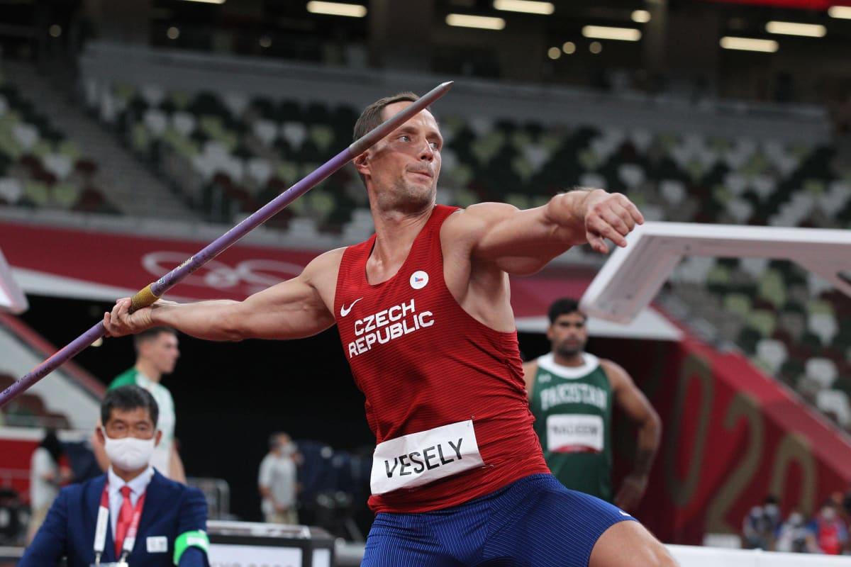 Maailmanmestari ja Euroopan mestari Vitezslav Vesely voitti Tokiossa olympiapronssia 38-vuotiaana. Hänen ennätyksensä oli Helanderin ikäisenä eli 24-vuotiaana 79,45.