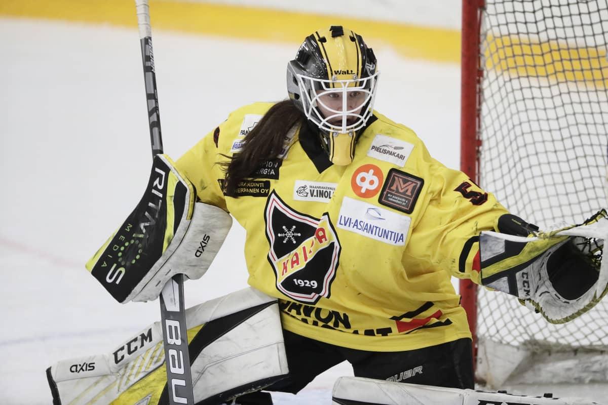Kalpan Tiina Ranne naisten jääkiekkoliigan 3. loppuottelussa Kiekko-Espoo vs Kalpa Espoossa 23. maaliskuuta 2021.