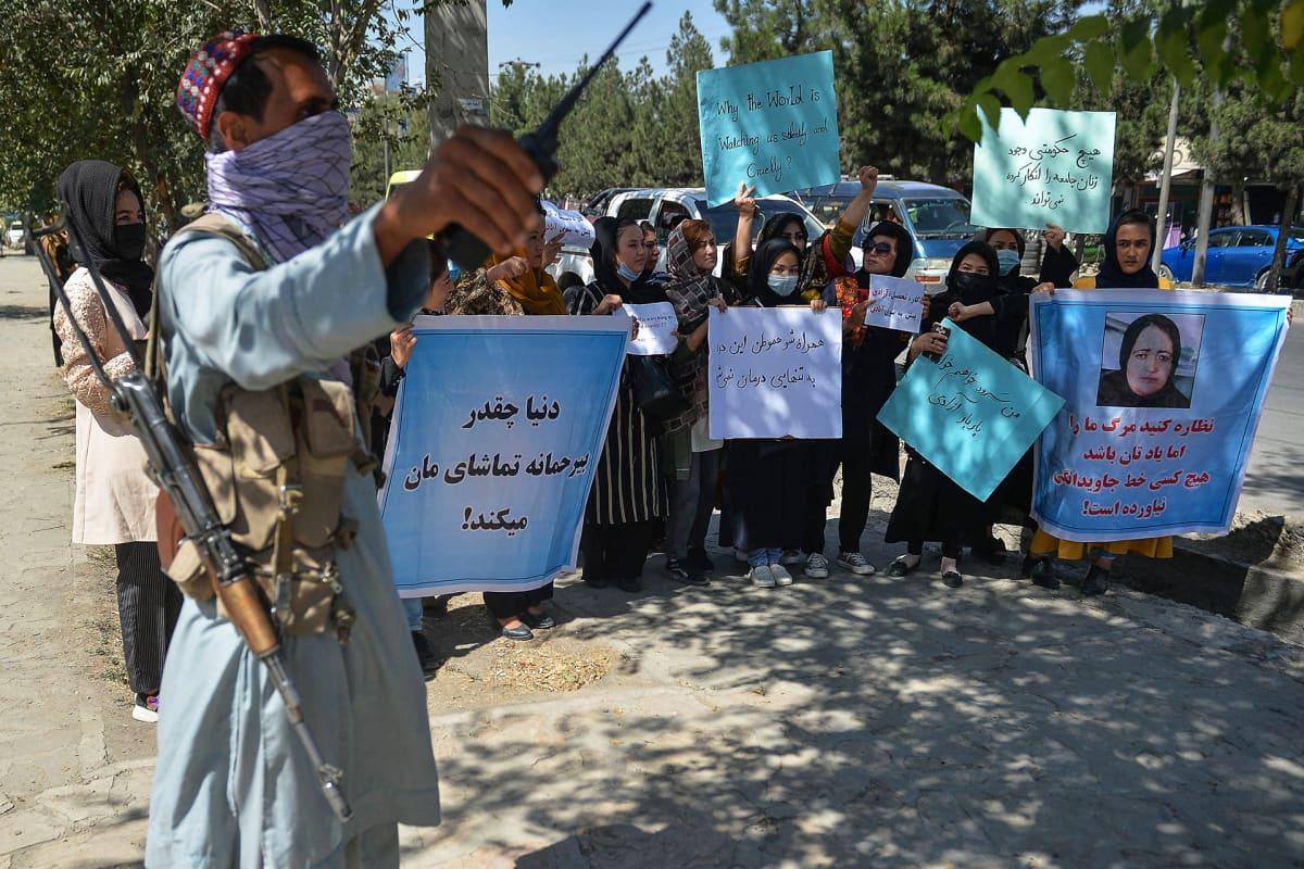 Taliban-taistelija seisoi vartiossa kun afganistanilaisnaiset osallistuivat Pakistanin  vastaiseen mielenosoitukseen Kabulissa 8. syyskuuta.