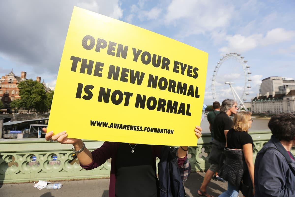 Koronarajoituksia vastutavia mielenosoittajia Westminster Bridgellä Lontoossa 11. syyskuuta.
