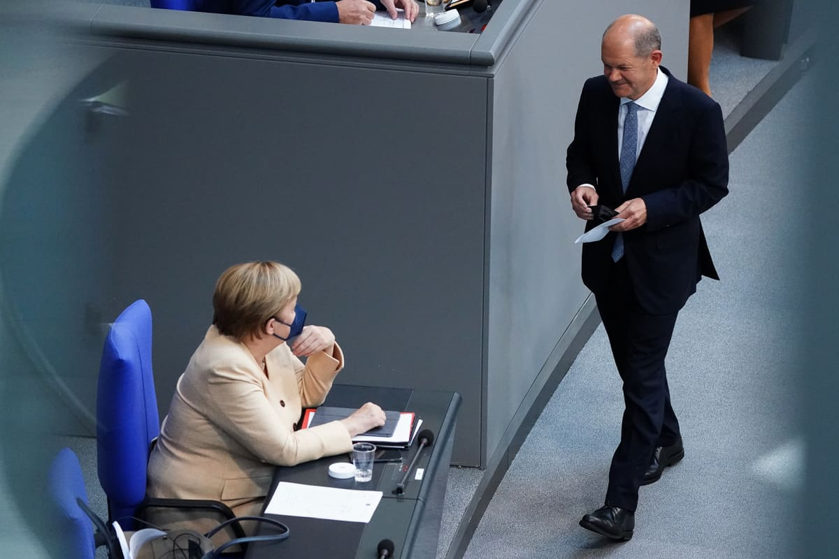 Olaf Scholz ja Angela Merkel parlamentin istuntosalissa.