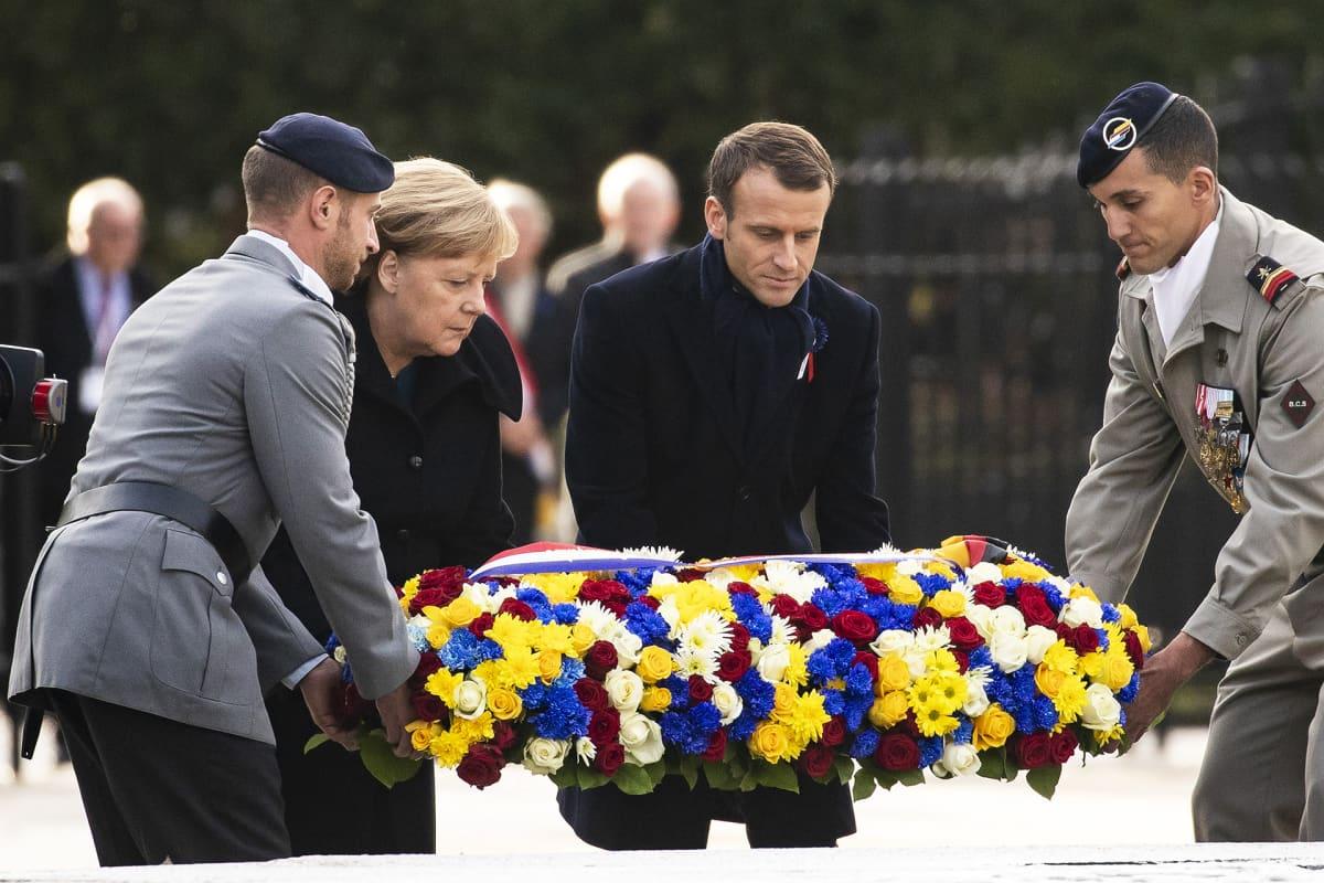 Emmanuel Macron ja Angela Merkel laskevat seppeleen Compiègnessa ensimmäisen maailmansodan muistoseremoniassa.