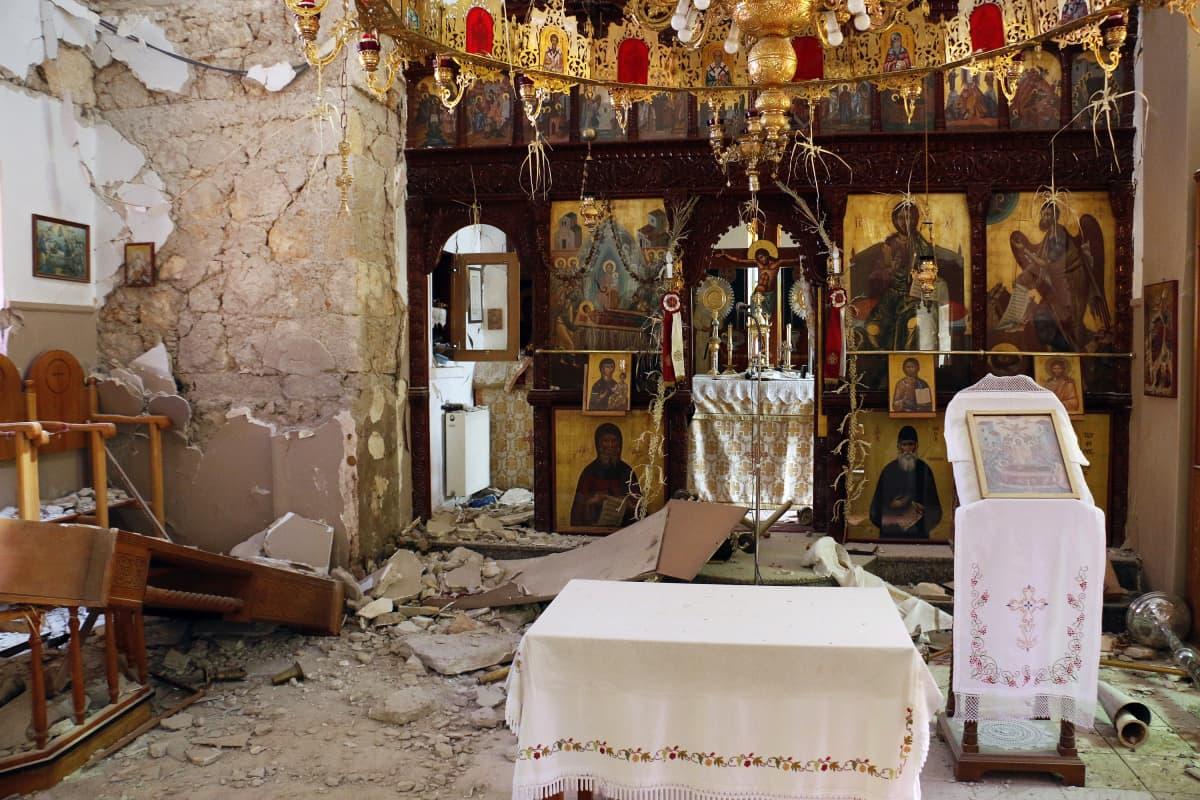 Maanjäristyksessä vaurioitunut kirkko Roussochoriassa Kreetalla.