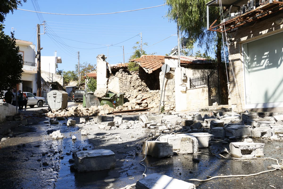 Maanjäristyksen vahingoittamia taloja Arkalochorissa Kreetalla.