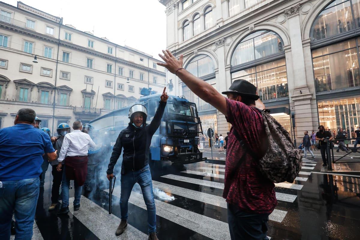 Poliisi hajoitti vesitykein vihreää passia vastustaneen mielenosoituksen Roomassa.