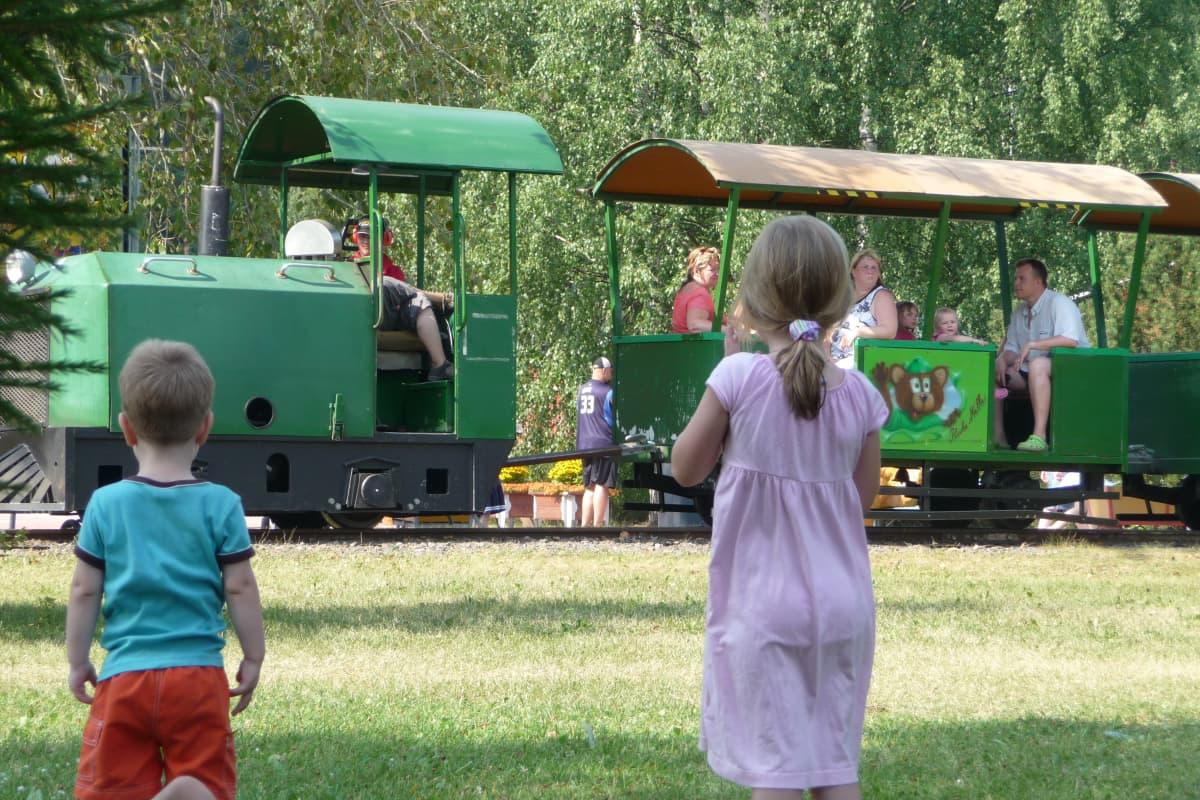 Puuhamaajuna ja lapsia.