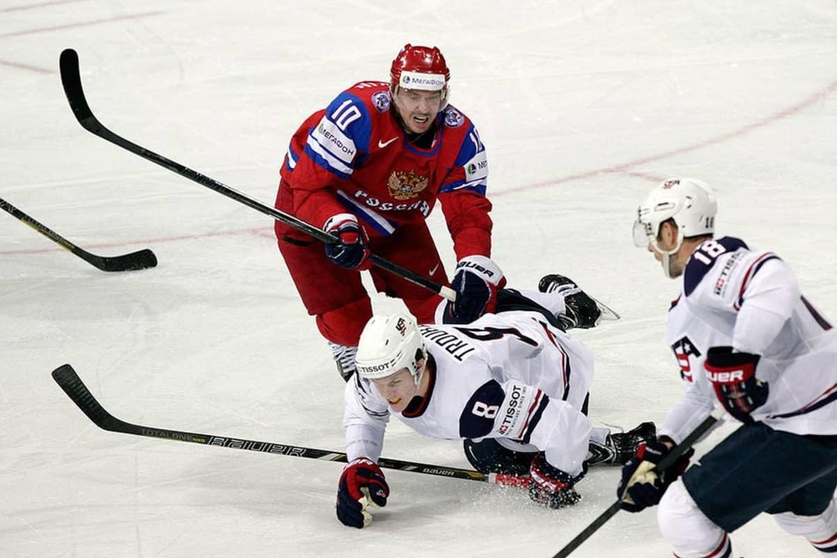 Sergei Mozjakin kamppailee kiekosta.