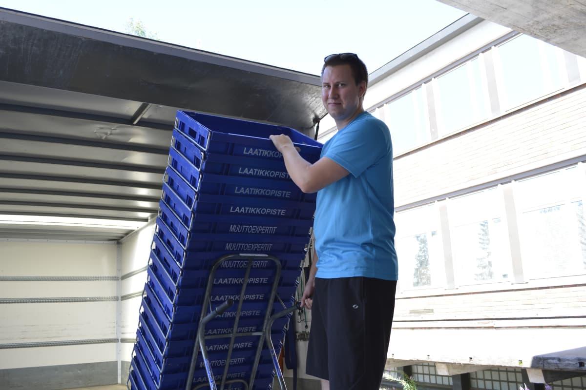Tarpeeksi muuttolaatikoita ja nokkakärryt ovat ammattimuuttaja Niko Rantamaan hankintavinkit muuttajille.