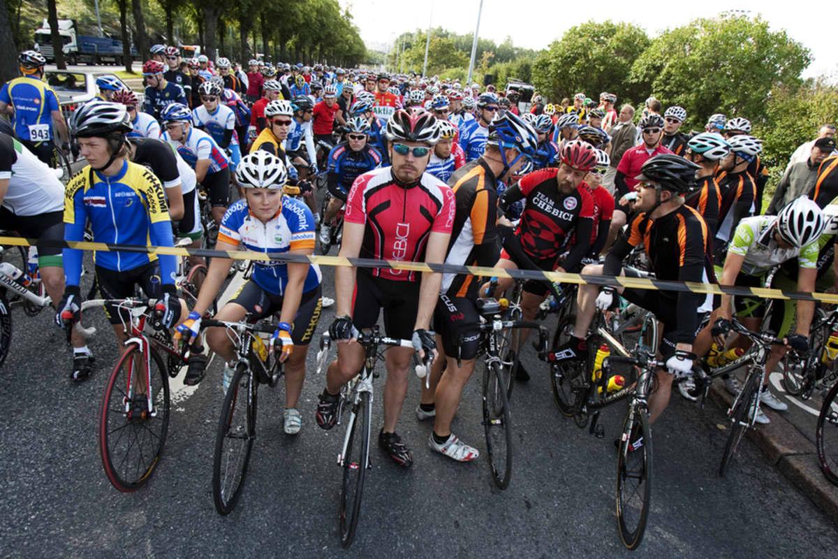 Kilpapyöräilyharrastajat Tour de Helsinki 2012 kilpailun lähtöviivalla.