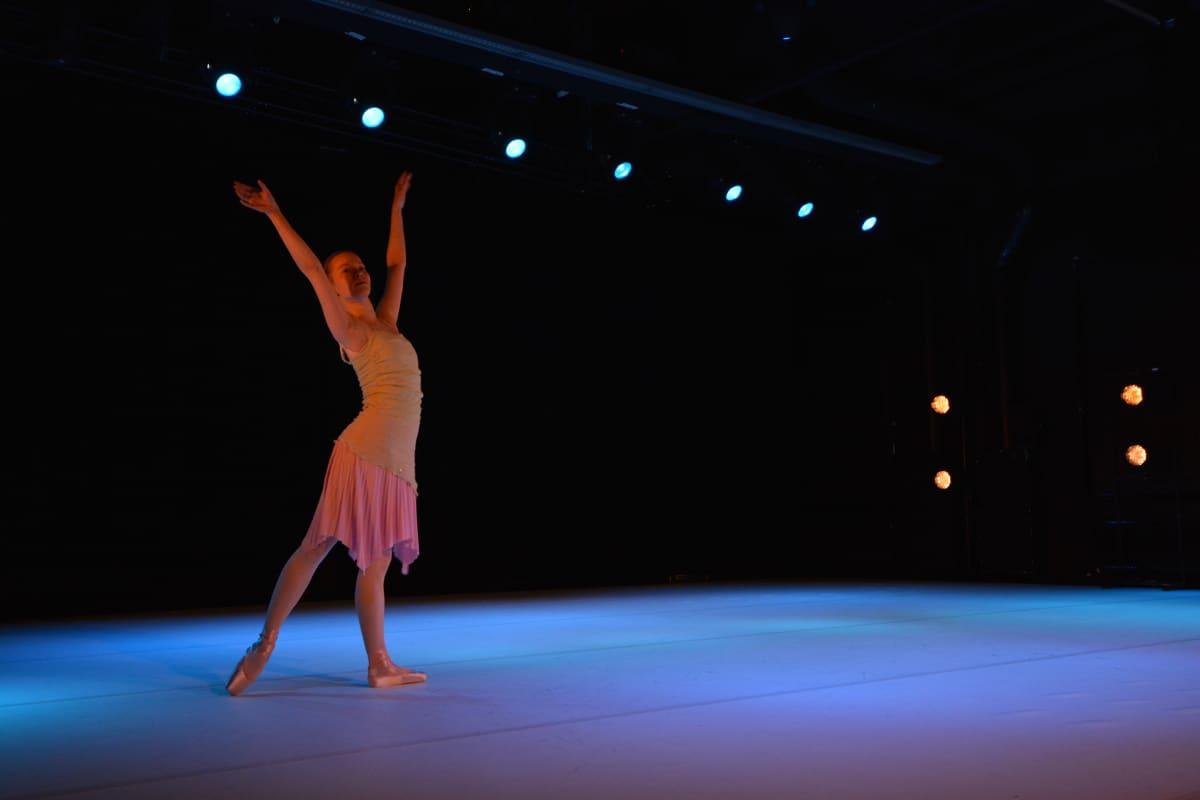 Piia Lehto tanssii Fox Marttisen koreografian Båga skär 7, länsiluode 7, selkeää yli 50.