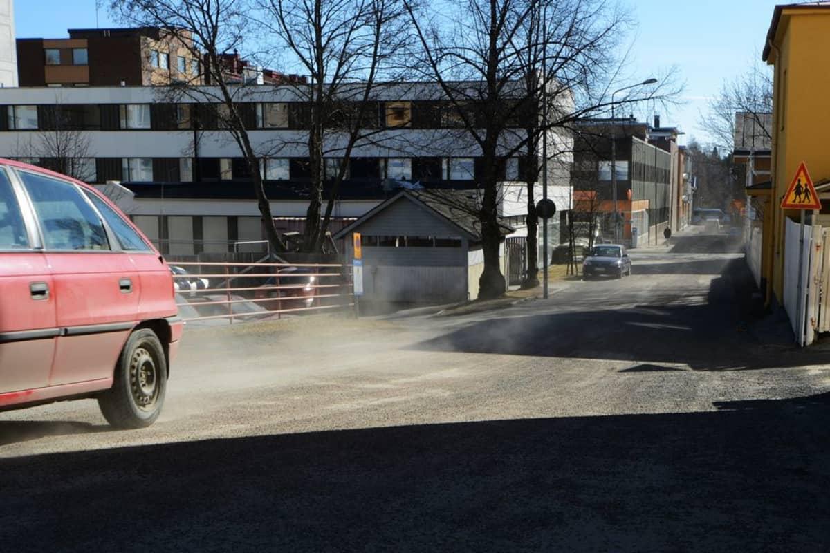 Pölisevä katu Kuopion rännikadulla.