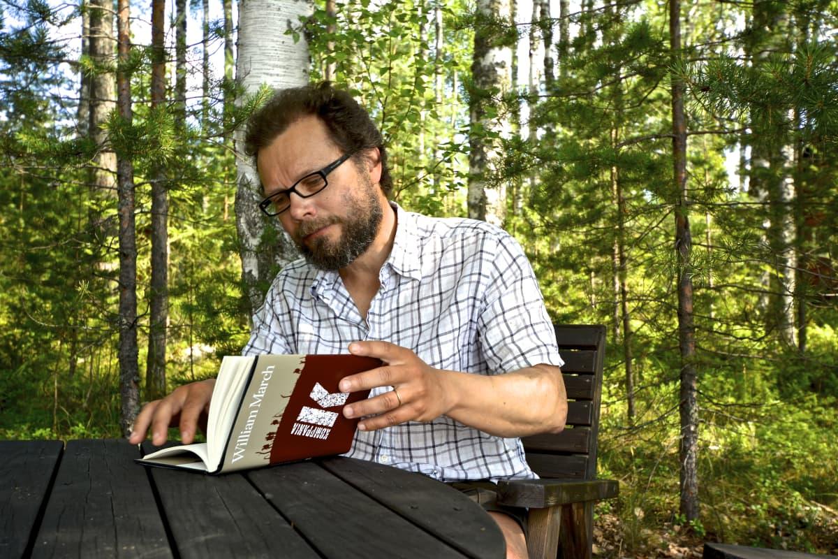 Janne Tarmio lukee suomentamaansa Komppania K-kirjaa