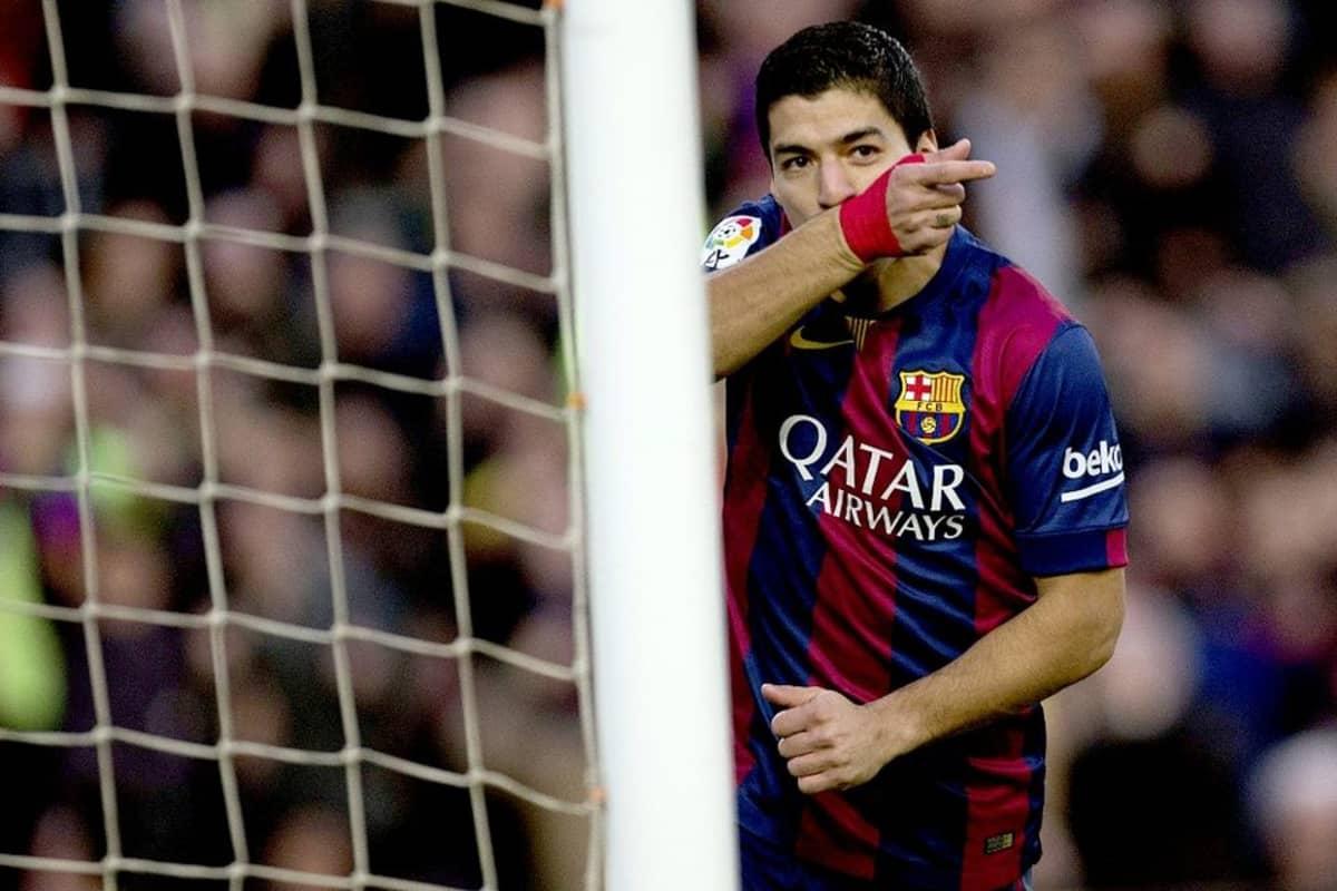 Barcelonan Luis Suárez pyyhkii kasvojaan kentällä.