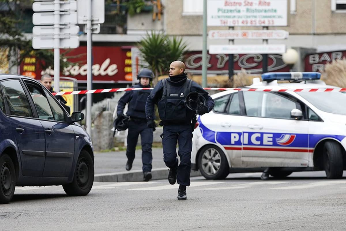 Pariisissa poliisin kuolemaan johtanutta torstaiaamuista ammuskelua käsitellään terrorismina, kertoo syyttäjänvirasto.