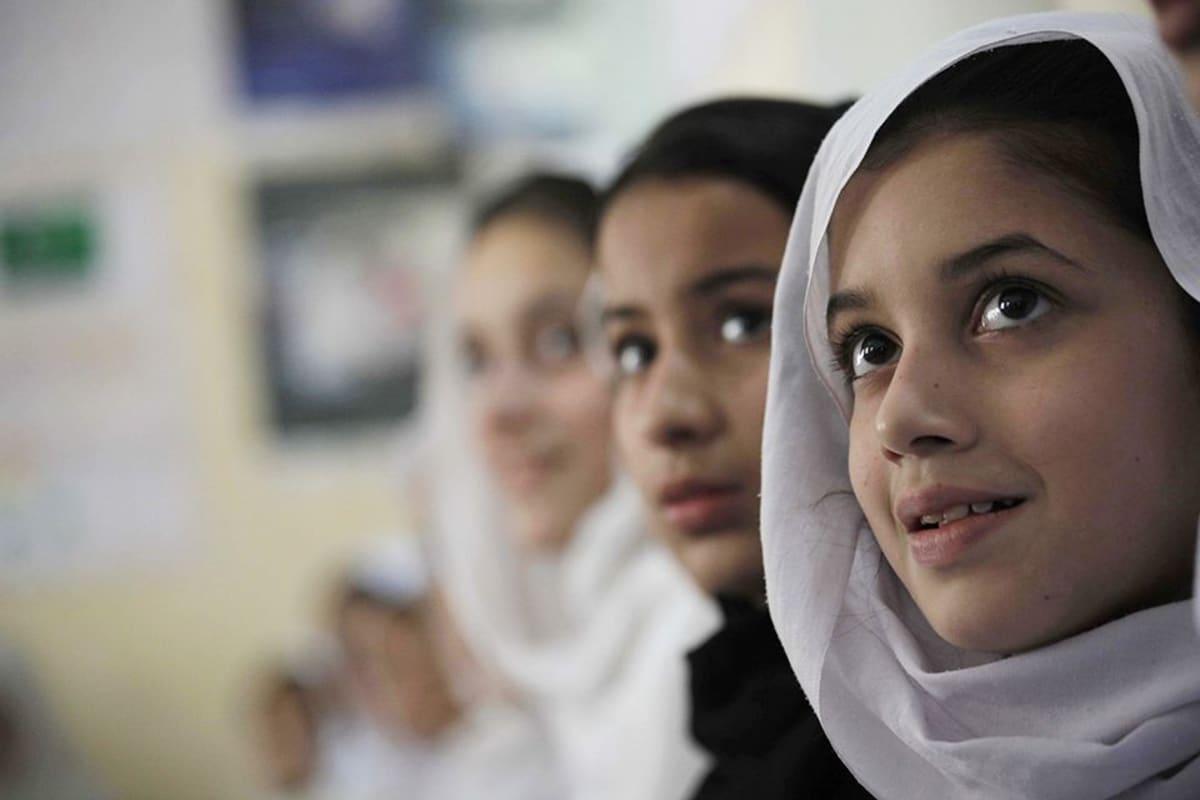 Pakistanilaistytöt koulussa.