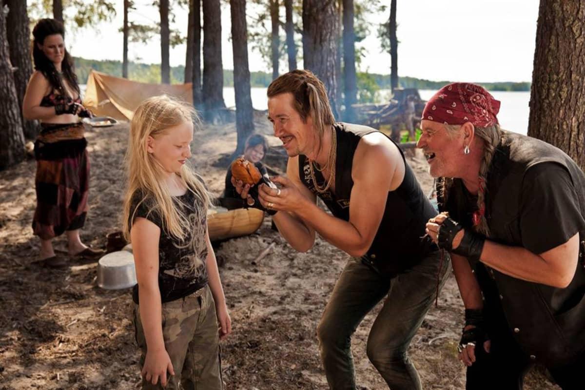 Rosvolat pitävät leiriä. Etualalla näyttelijät Sirkku Ullgren (vas.) , Jussi vatanen ja Kari Väänänen.