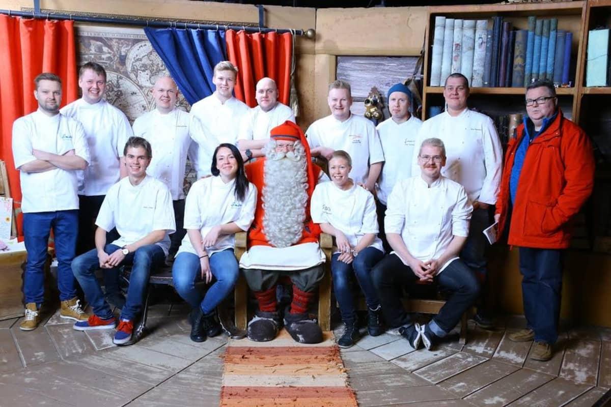 Porokokkifinalistit tapasivat Rovaniemen kuuluisimman asukkaan Joulupukin Kammarissa Napapiirillä.