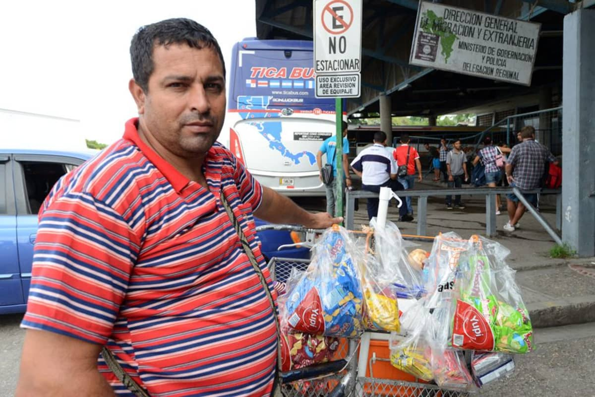 Carlos Zunega menetti 400 dollarin tavarat poliisin ratsiassa Costa Ricassa.