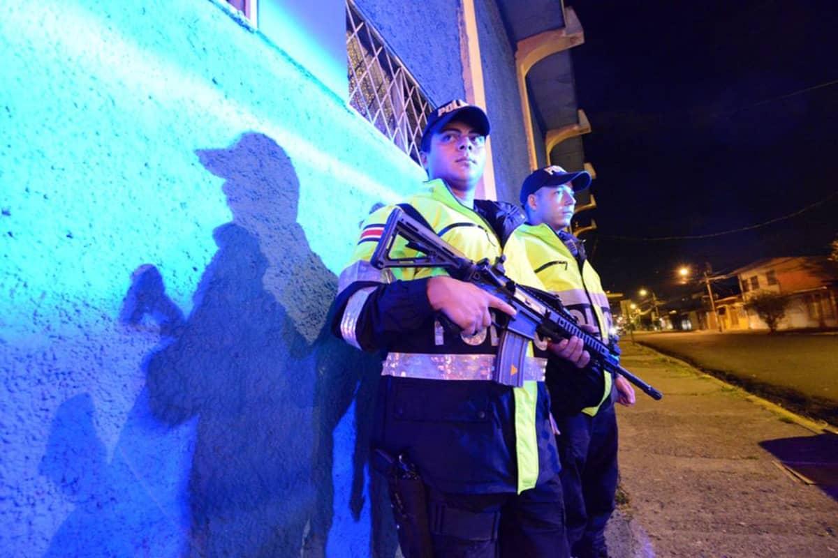 Costaricalaiset poliisit aseet käsissä.