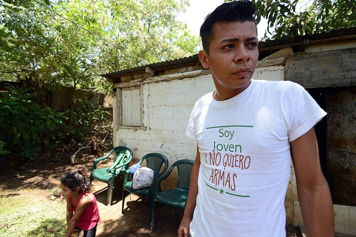 Marvin Morales seisoo talonsa edessä, taustalla pieni tyttö