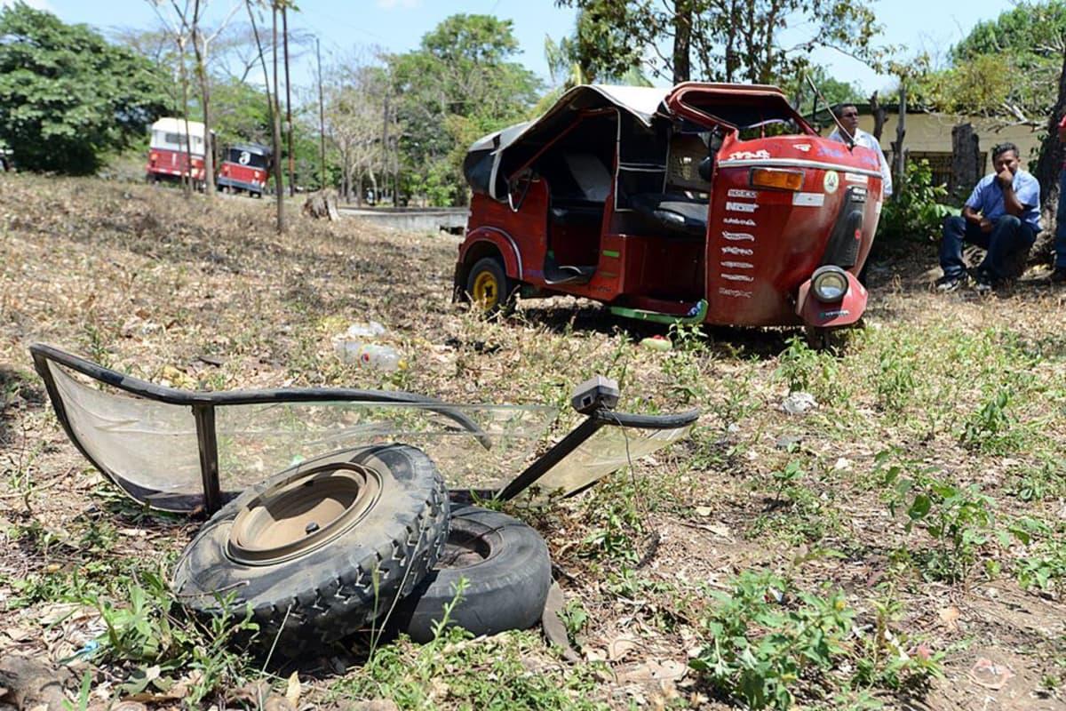 Edgar Molla ja hänen onnettomuudessa romuttunut moottoripyörätaksinsa.