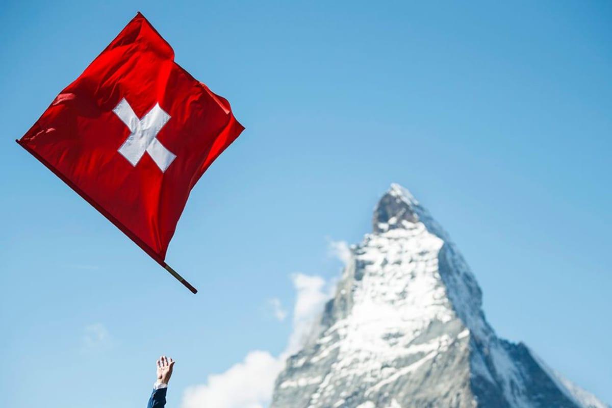 Sveitsin lippu korkealla ilmassa.