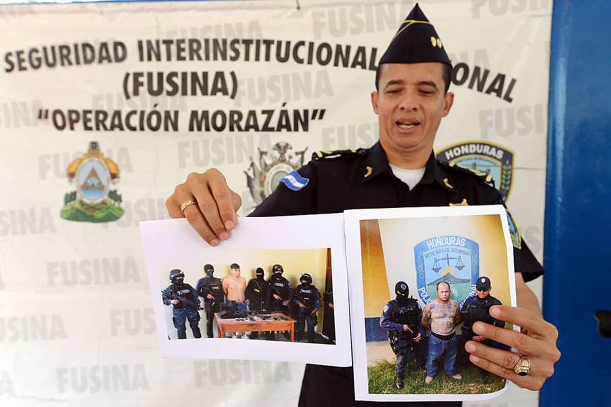 Poliisi näyttää kahta kuvaa, joissa on kummassakin yksi pidätetty mies sekä poliiseja.