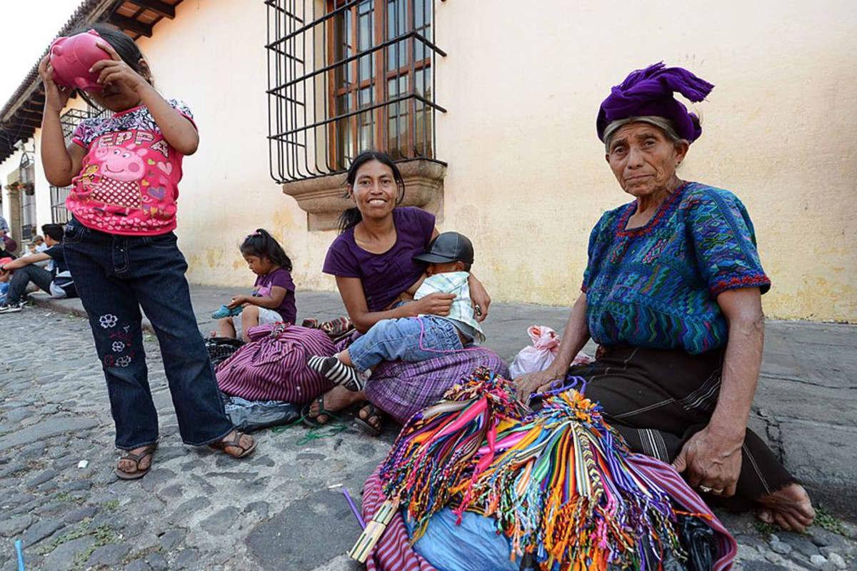 Nainen lapsineen Antiguass Guatemalassa.