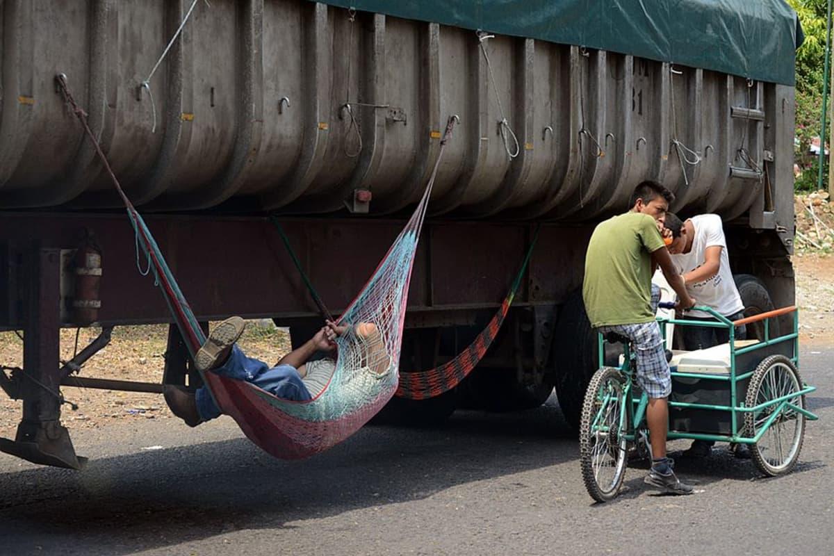 Guatemalan rajalla rekkajono on pitkä, ja kuskit ehtivät levätä.