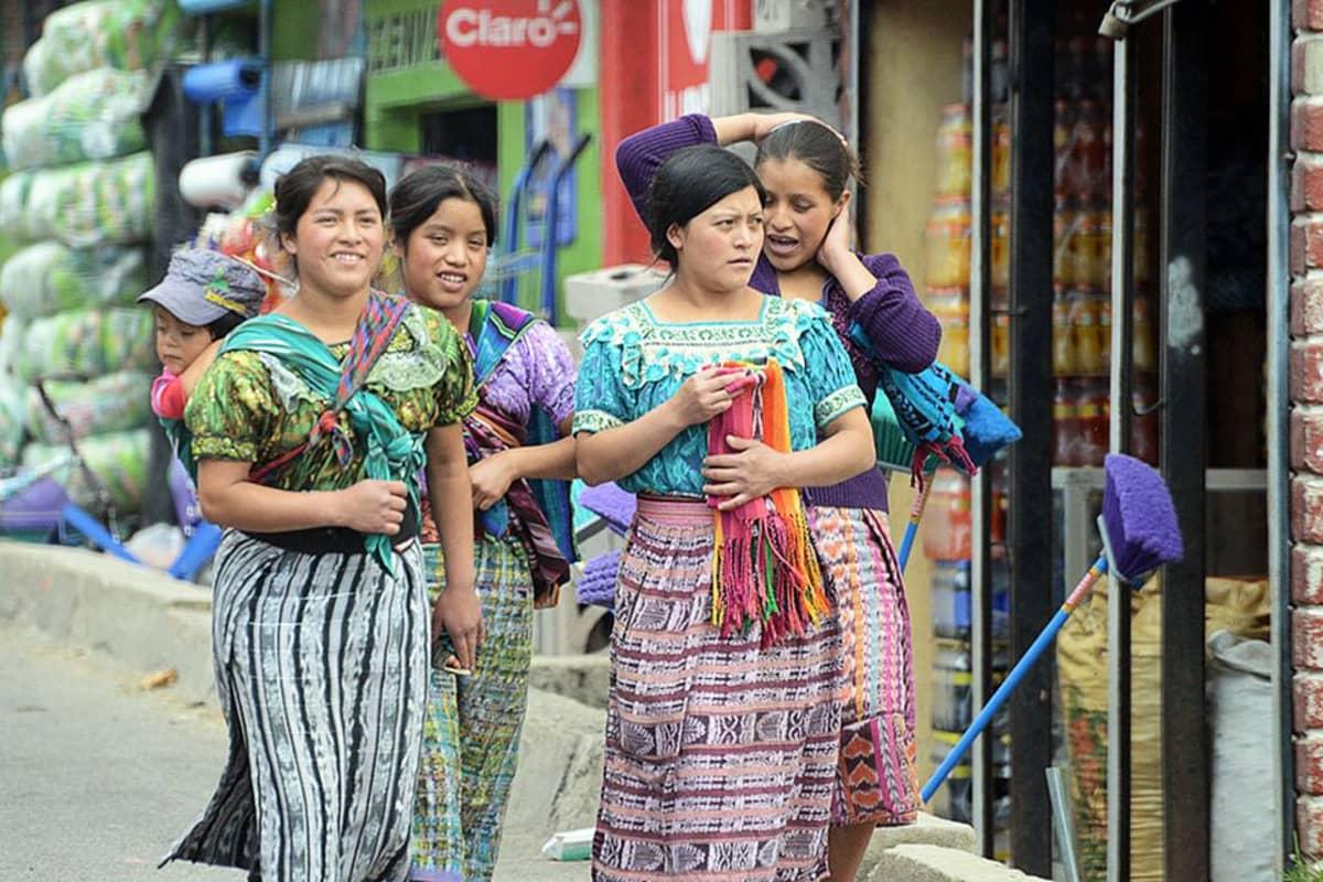 Guatemalan ylätasangolla intiaaninaiset käyttävät perinnevaatteitaan lähes aina.