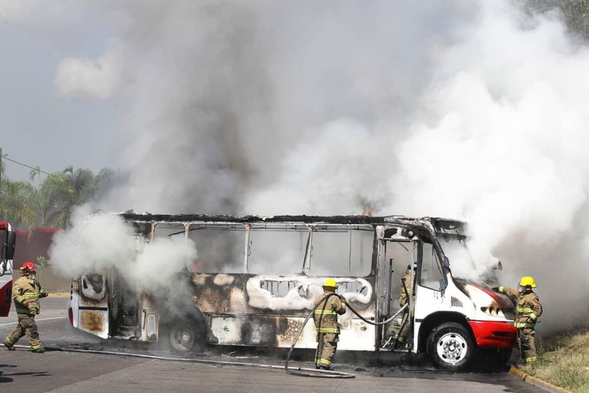 Palomiehet sammuttivat palavaa linja-autoa Guadalajarassa, Meksikossa, 1. toukokuuta.