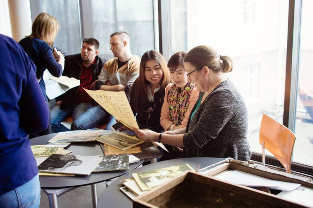 Maahanmuuttajaopiskelijat saivat tutkittavakseen erilaisia Suomen historiaan liittyviä dokumentteja Hetkiä Suomen historiasta-hankkeen aikana.