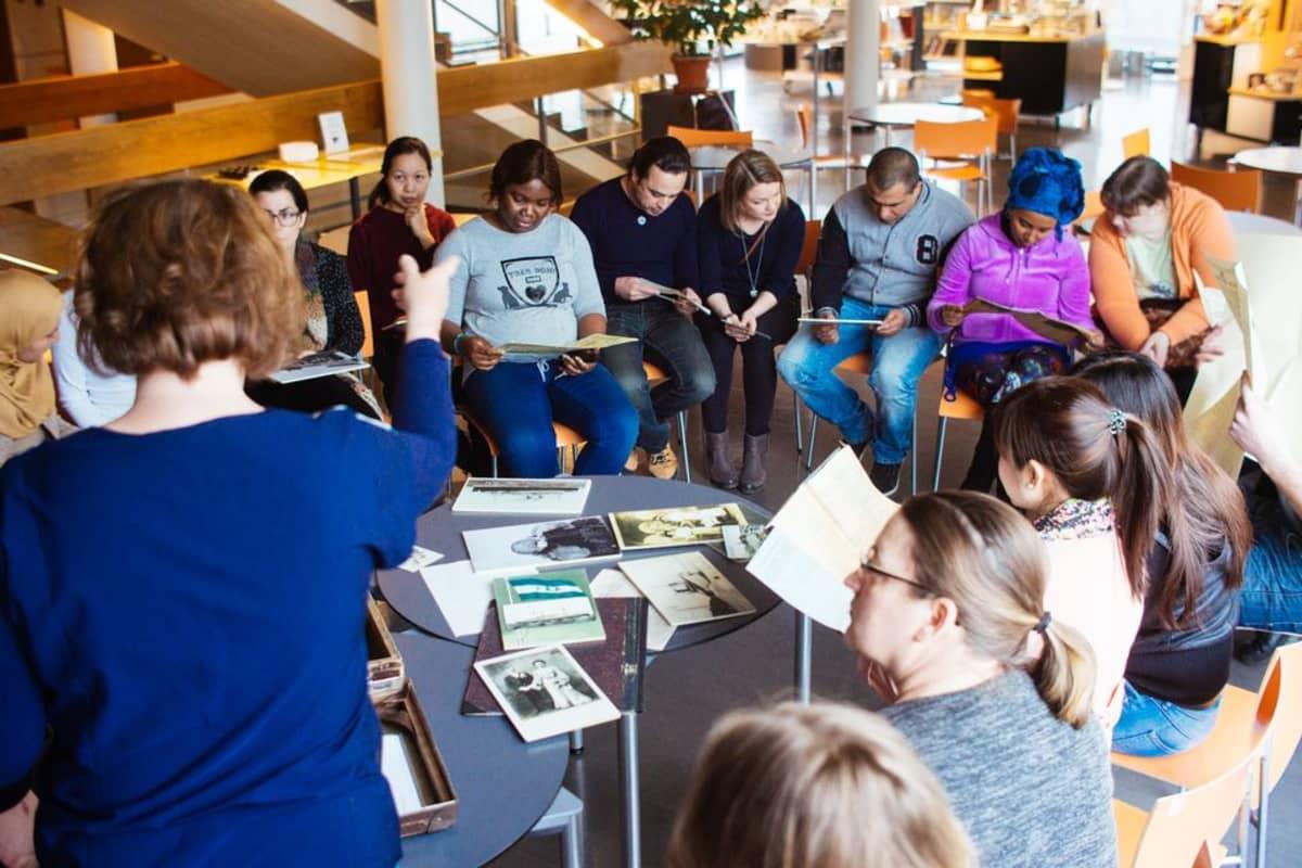 Maahanmuuttajaopiskelijat kiinnostuivat erityisesti siirtolaisuuslaukusta löytyvistä materiaaleista Pohjanmaan museossa.