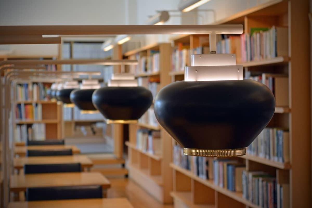 Aallon kirjaston kaikki lamput otettiin irti ja kunnostettiin. Mustikkalappuja säilytettiin 30-vuotta varastossa.
