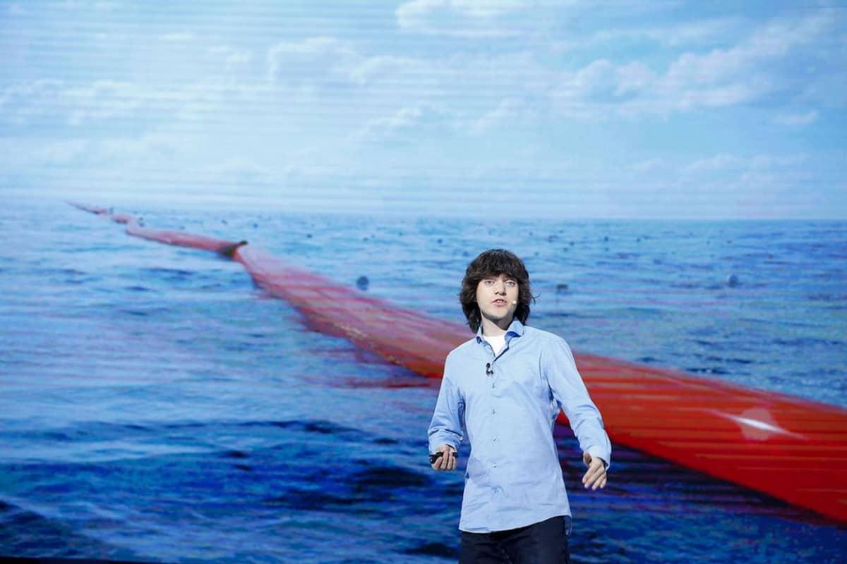 The Ocean Cleanup -säätiön perustaja ja toimitusjohtaja Boyan Slat esitteli hankettaan 20. toukokuuta 2015 Etelä-Korean Soulissa.