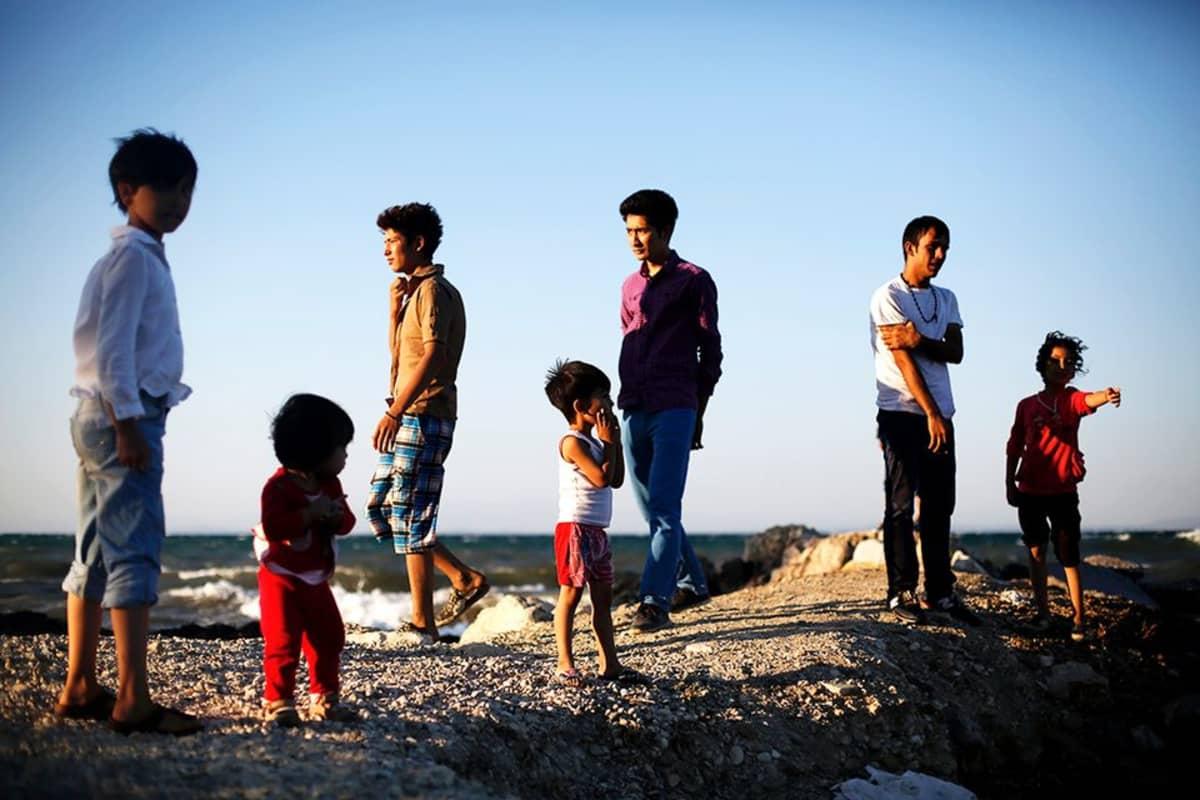 Afganistanilainen pakolaisperhe odottaa rekisteröintiä Kreikassa Lesvosin saarella. YK:n pakolaisjärjestön raportin mukaan yli puolet maailman pakolaisista on lapsia.