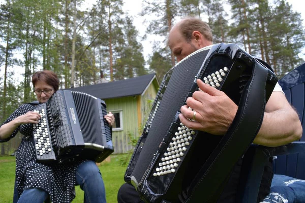 Pariskunta musisoimassa haitarilla.
